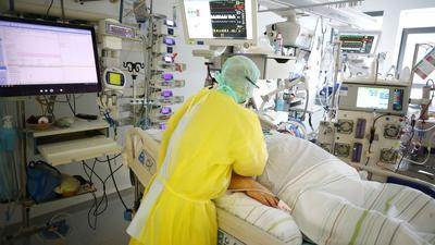 Die Zahl der Covid-Patienten, die auf Intensivstationen in Deutschland behandelt werden müssen, ist am Freitag auf 4.740 angestiegen.
