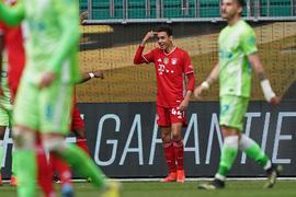 Bayerns Mittelfeldspieler Jamal Musiala (2.v.r) feiert seinen zweiten Treffer mit den Mannschaftskameraden.