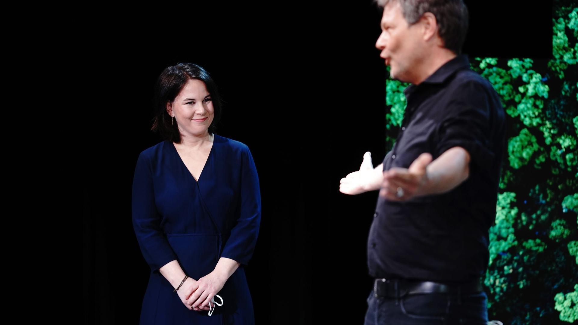 Robert Habeck überlässt die Bühne seiner Co-Vorsitzenden Annalena Baerbock: Sie soll die Grünen als Spitzenkandidatin in die Bundestagswahl führen.