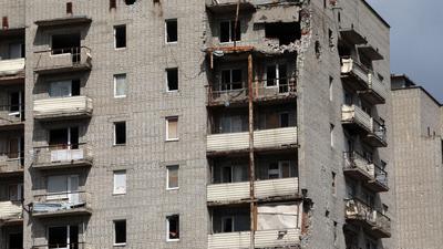 Ein Wohngebäude zeigt deutliche Schäden in der Stadt Awdijiwka im pro-russischen Separatistengebiet der Region Donezk in der Ostukraine.