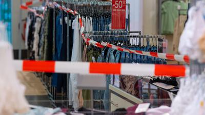 Besonders wenig gaben die Bundesbürger im Coronajahr 2020 für kurzlebige Konsumgüter wie Kleidung oder Schuhe aus.