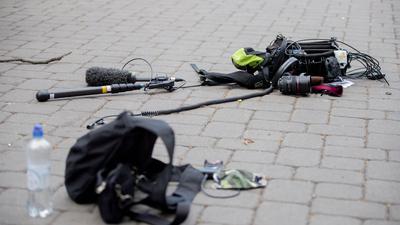 Gewalt gegen Journalistinnen und Journalisten wird hierzulande häufiger: 2020 gab es laut Reporter ohne Grenzen mindestens 65 Angriffe. (Symbolbild)