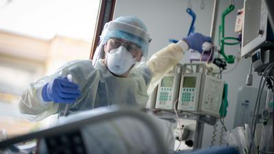 """Nur ein Drittel der Intensivstationen bundesweit kann derzeit noch """"einfach so"""" Patienten aufnehmen, warnt der wissenschaftliche Leiter des Intensivregisters, Christian Karagiannidis. (Bild aus Berlin)"""