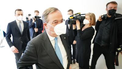 Der CDU-Vorsitzende und Ministerpräsident von Nordrhein-Westfalen, Armin Laschet und CDU-Generalsekretär Paul Ziemiak (l) verlassen eine Pressekonferenz im Konrad-Adenauer-Haus zur Kanzlerkandidatenfrage der Union.