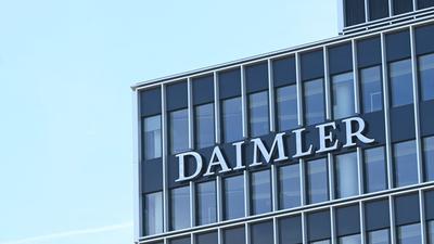 An einem Gebäude der Firmenzentrale des Stuttgarter Automobilherstellers Daimler ist ein Daimler Firmenlogo angebracht.