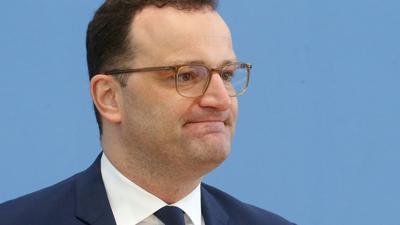 Jens Spahn (CDU), Bundesgesundheitsminister, beantwortet vor der Bundespressekonferenz Fragen von Journalisten zu weiteren Entwicklungen in der Corona-Pandemie.