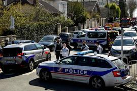 Polizisten sperren eine Straße in der Nähe einer Polizeistation in Rambouillet, nachdem eine Mitarbeiterin dort getötet worden ist.