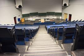 """Leerer Hörsaal: Die Wissenschaftsminister befürchten, dass es zu einer """"eingeschränkte(n) Studierbarkeit des Semesters in vielen Studiengängen"""" kommen könnte."""
