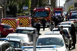 Polizisten und Feuerwehrleute stehen in der Nähe der Polizeistation in Rambouillet.