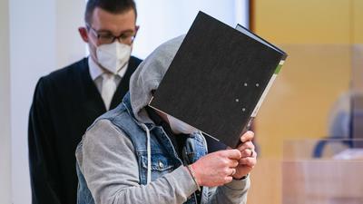 Die Anklage geht davon aus, dass der heute  49-Jährige das Kind seiner Lebensgefährtin über etwa zwei Jahre schwer sexuell missbraucht hat.