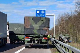 Beim Überholvorgang eines Lkw musste der Bundeswehr-Unimog nachPolizeiangaben nach rechts ausweichen und prallte an den Pfahl eines Verkehrsschildes.