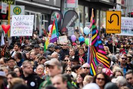 """Zahlreiche Menschen nehmen Anfang April in Stuttgart an einer Demonstration der Initiative """"Querdenken"""" teil."""