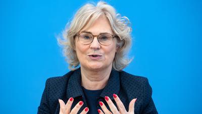 """""""Das Grundgesetz lässt Einschränkungen unserer Grundrechte nur zu, wenn es hierfür eine besondere Rechtfertigung gibt. Der Schutz von Leben und Gesundheit in der Pandemie ist eine solche Rechtfertigung"""", sagt Bundesjustizministerin Christine Lambrecht."""