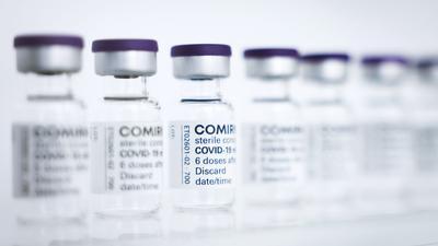 Fläschchen des Comirnaty-Impfstoffs von Biontech/Pfizer.
