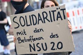 """Ein mutmaßlicher Verfasser von rechtsextremen Drohschreiben mit dem Absender """"NSU 2.0"""" ist in Berlin bei einer Wohnungsdurchsuchung festgenommen worden."""
