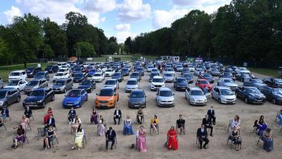 Schülerinnen und Schüler der Abschlussklasse der Bergschule Apolda bei der Abiturfeier 2020 in einem Autokino.