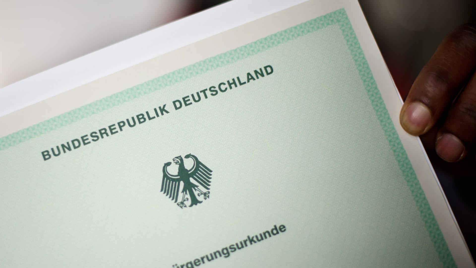 Der Sachverständigenrat für Integration und Migration (SVR) hat Bund und Ländern empfohlen, die praktischen Hürden für die Einbürgerung zu senken.