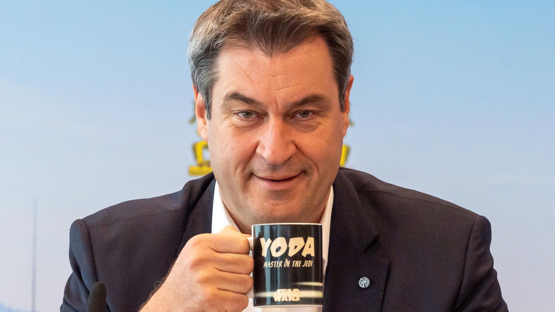 Markus Söder (CSU), Ministerpräsident von Bayern, vor Beginn der Sitzung des bayerischen Kabinetts, die als Videokonferenz geführt wird.