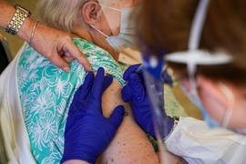 Für den Kampf zur weltweiten Eindämmung der Pandemie unterstützt die US-Regierung die Aussetzung von Patenten für die Corona-Impfstoffe.