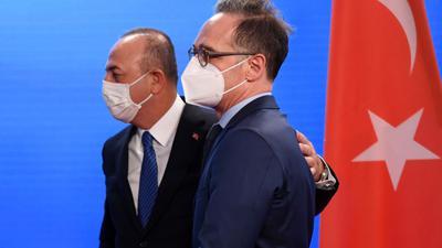 Bundesaußenminister Heiko Maas empfängt seinen türkischen Amtskollegen Mevlüt Cavusoglu (l) in Berlin.