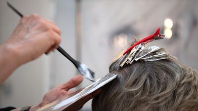 Geimpfte und Genesene können nun zum Beispiel wieder ohne negativen Corona-Test zum Friseur gehen.