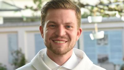 Henry Frömmichen zeigt sich nach einem Katholischen Gottesdienst mit Segnung homosexueller Paare im Rahmen einer bundesweiten Aktion vor der Kirche St.Benedikt.