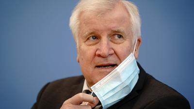"""Horst Seehofer fürchtet """"bedenkliche Größenordnungen"""" in der Migrationspolitik."""