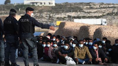 Auf der Mittelmeerinsel Lampedusa sind innerhalb kurzer Zeit mehr als 2000 Migranten angekommen.