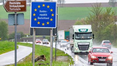 """Ein Schild mit der Aufschrift """"Bundesrepublik Deutschland"""" steht an der deutsch-tschechischen Grenze."""