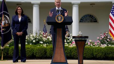 Joe Biden, Präsident der USA, spricht im Beisein von Vizepräsidentin Kamala Harris im Rosengarten des Weißen Hauses über die aktuellen Richtlinien zur Maskenpflicht.