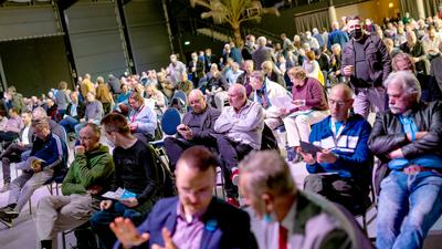 Mitglieder der AfD nehmen an einem Sonderparteitag der AfD Niedersachsen teil.
