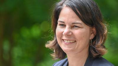 Bei Grünen-Kanzlerkandidatin Annalena Baerbock kümmert sich ihr Ehemann im Falle ihres Wahlsieges komplett um die Betreuung der beiden gemeinsamen Kinder.