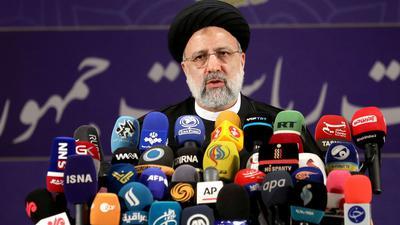 Ebrahim Raisi, Chef der Justizbehörde des Irans, spricht mit Pressevertretern nachdem er sich als Kandidat für die Präsidentschaftswahlen registriert hat.