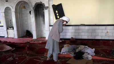 Ein Student weint in der Moschee nach der Bombenexplosion. Bei einem Anschlag in Kabul sind nach Angaben der Polizei mindestens zwölf Menschen getötet worden.