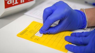 Angesichts zunehmender Corona-Lockerungen sollen strengere Regeln gegen Missbrauch von Impfpässen und Testnachweisen kommen.