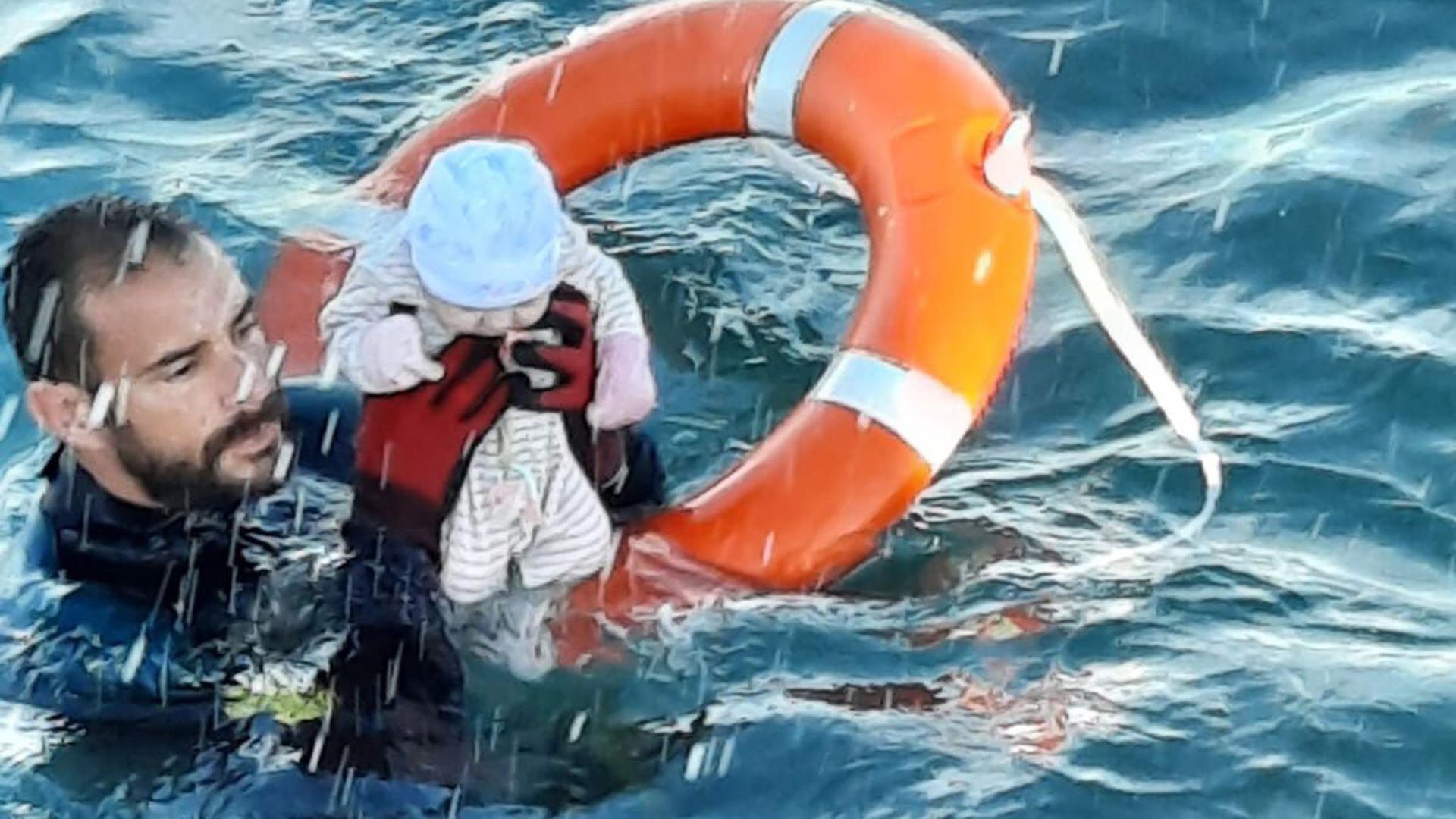 Migranten-Krise: Juan Francisco Valle, Taucher der spanischen Polizeieinheit Guardia Civil, rettet ein Baby.