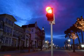 Eine rote Ampel leuchtet an der Strandpromenade im Ostseebad Zinnowitz.
