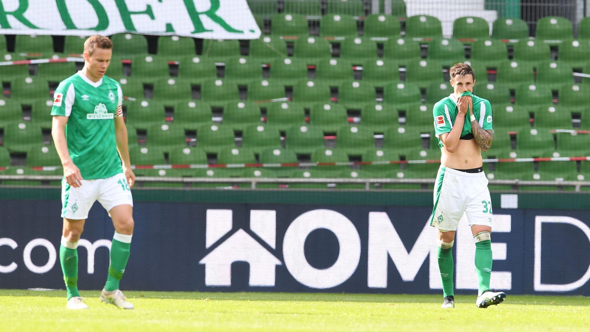 Werders Moisander (l) und Friedl nach dem 0:4. Am Ende verliert Werder zwar nur mit 2:4, der erste Abstieg seit 41 Jahren ist aber besiegelt.