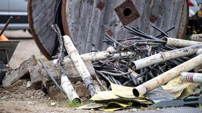 Beschädigte Stromkabel liegen neben einer Baustelle, an der ein Kabelbrand ausgebrochen war.