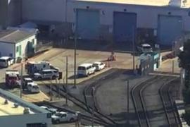 Notfalleinsatzkräfte begeben sich an den Tatort an einem Zugdepot.