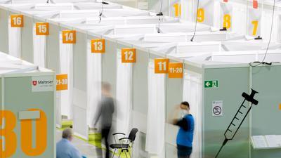 Patienten warten in einem Impfzentrum auf eine Impfung. Zu den Empfehlungen der Pandemie-Übung 2007 gehört auch die Weiterentwicklung der Impfstrategie.