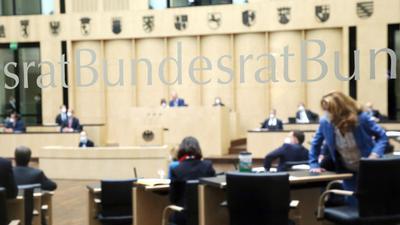 Abgeordnete nehmen im Bundesrat an der Sitzung der Länderkammer teil.