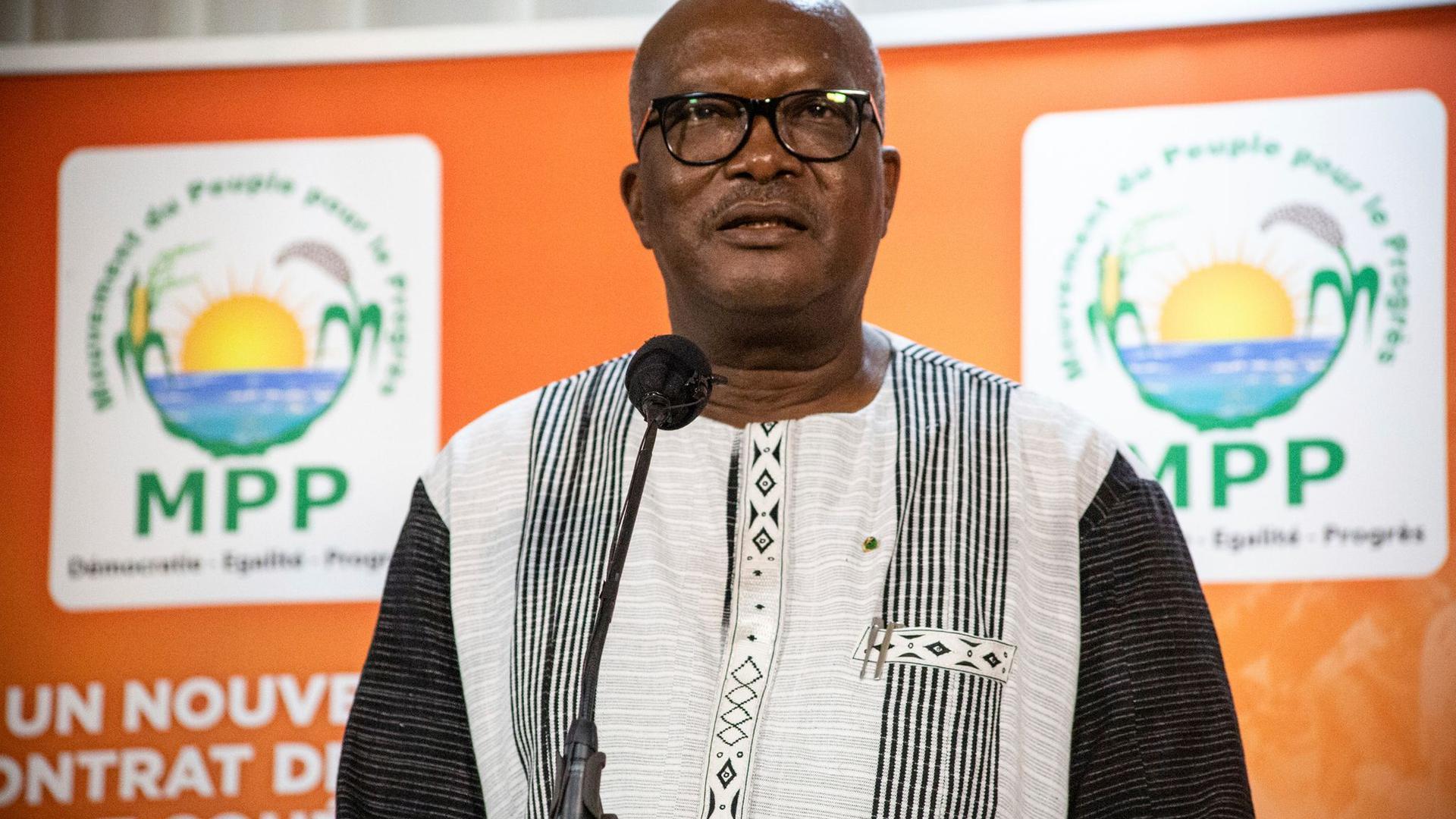 Burkina-Faso-Präsident Roch Kabore: Mehr als 100 Menschen bei einem Überfall im Norden des Landes getötet.