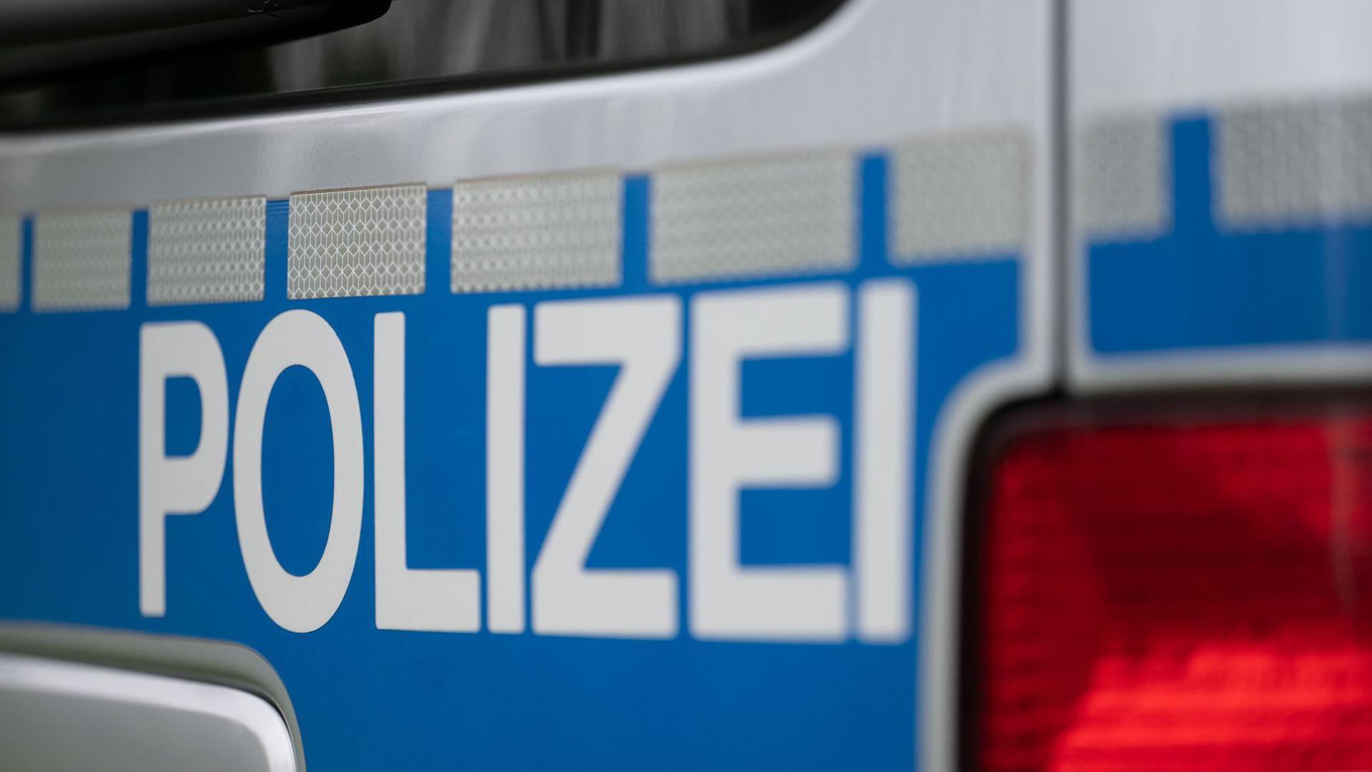 In der Nacht zum Samstag haben Randalierer in der Pforzheimer Innenstadt Fenster eingeschlagen und Mobiliar beschädigt. (Symbolbild)