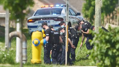 Polizisten in Reihe untersuchen den Tatort eines Autounfalls in London, Ontario. Nach einem Angriff mit einem Auto, bei dem vier Menschen aus einer muslimischen Familie getötet worden sind, geht die Polizei Berichten zufolge von einem rassistischen Tatmotiv aus.