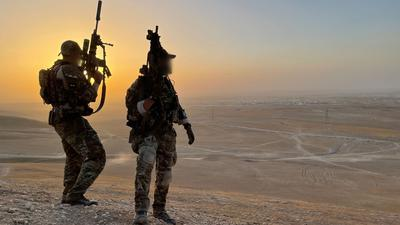 Soldaten des Kommando Spezialkräfte (KSK) sichern das Gelände nahe dem Camp Marmal im Norden Afghanistans.