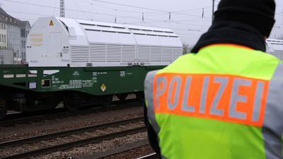 Transport von Castor-Behältern in Begleitung der Polizei.