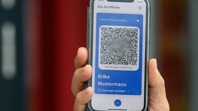 Den digitalen Nachweis soll man sich künftig direkt in Praxen oder Impfzentren erstellen lassen und dann per Smartphone nutzen können.