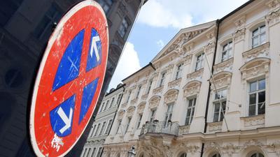 Ein Halteverbotsschild vor dem Erzbischöflichen Ordinariat der katholischen Kirche in München. Der Papst hat das Rücktrittsgesuch von Kardinal Marx abgelehnt.