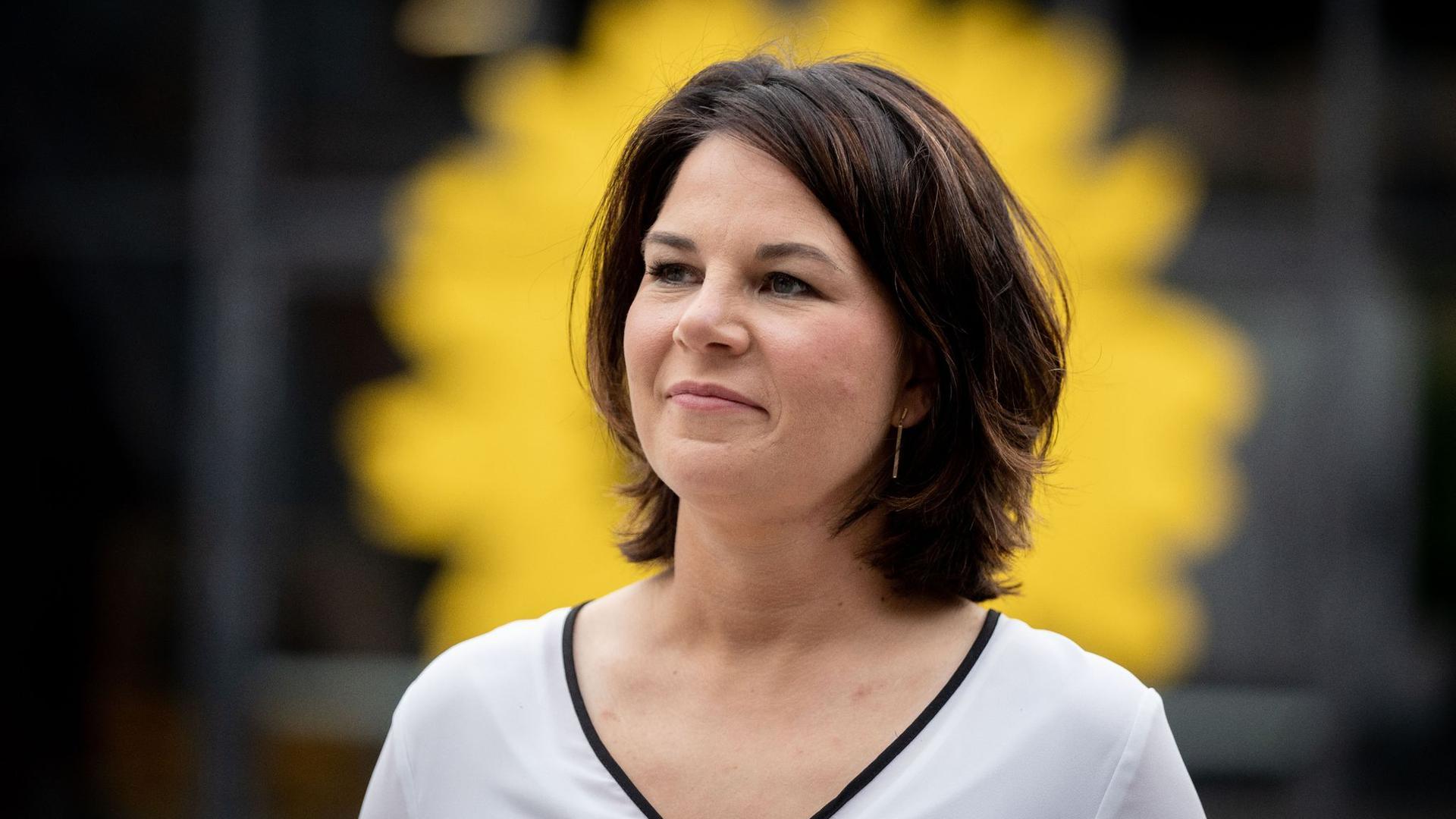 Annalena Baerbock, Kanzlerkandidatin und Bundesvorsitzende von Bündnis 90/Die Grünen, gibt ein Interview vor der Bundesdelegiertenkonferenz ihrer Partei.